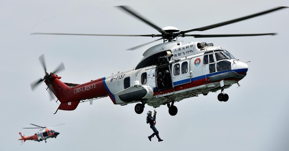 19.mai.2016 - Soldado participa de simulação de resgate e busca em rio na cidade de Zhuhai, localizada na província de Guangdong, ao sul da China. No total, 35 embarcações, quatro aeronaves e mais de 1.300 pessoas participaram do exercício