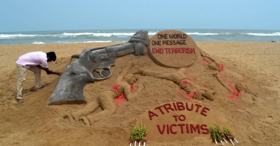 13.jun.2016 - Artista indiano Sudarsan Pattnaik faz uma escultura de areia na praia de Puri, na Índia, em homenagem às vítimas de um tiroteio na Flórida (EUA). Pelo menos 50 pessoas morreram depois que um homem abriu fogo contra os frequentadores do local na madrugada de domingo