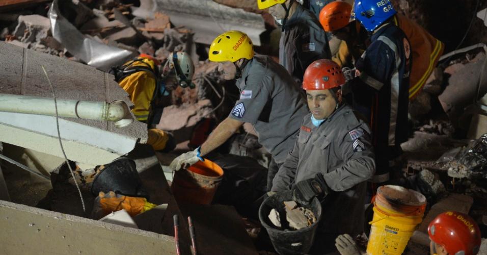 16.jun.2016 - Bombeiros trabalham durante a madrugada no local do desabamento de igreja evangélica em Diadema, na Grande São Paulo. O acidente ocorreu por volta das 15h durante uma cerimônia