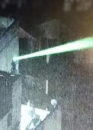 Helicóptero da Brigada Militar do Rio Grande Sul flagra uma pessoa mirando um feixe de laser contra outra aeronave durante uma manifestação em Porto alegre, em abril passado