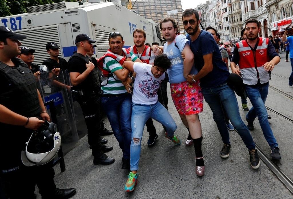 26.jun.2016 - Policiais à paisana detêm ativista dos direitos LGBT que tentavam se reunir para fazer uma Parada do Orgulho Gay, proibida pelo governo, em Istambul, na Turquia