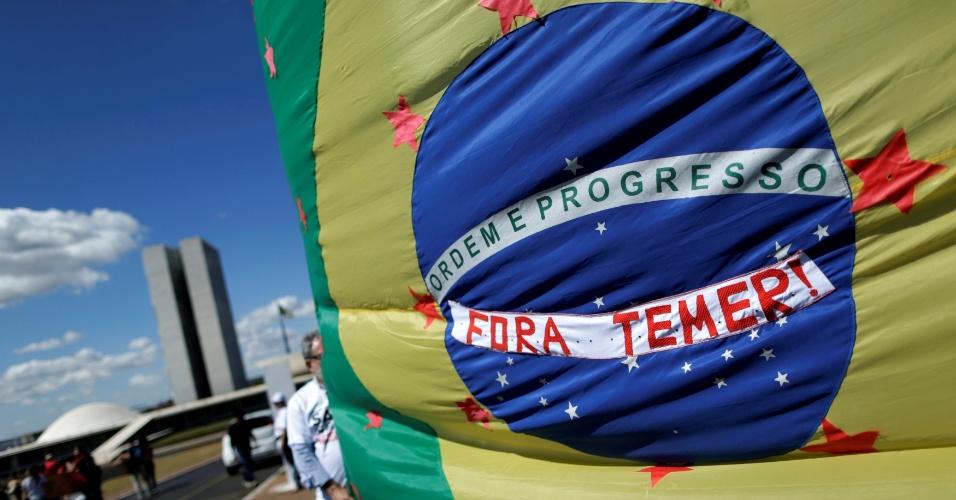 6.jul.2016 - Integrantes de movimentos sociais e servidores públicos da saúde protestam em Brasília contra o governo interino Michel Temer e em defesa do (SUS) Sistema Único de Saúde