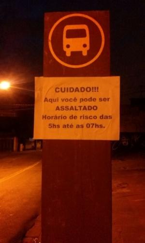 16.jul.2016 - Imagem enviada para o Whatsapp do UOL Notícias mostra aviso em ponto de ônibus no bairro de Pirituba, na capital paulista, sobre o risco de assalto no local