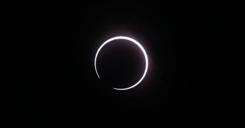 """ANEL DE LUZ - Um eclipse solar foi visualizado em Saint-Louis, na ilha de Reunião, no oceano índico. O fenômeno conhecido como eclipse solar anular acontece quando a lua se move e cobre a luz solar, formando um """"anel"""" luminoso"""