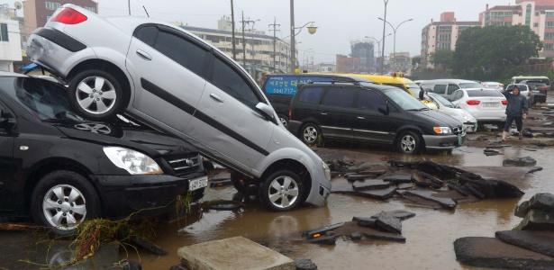 Carros são danificados após a passagem do tufão Chaba por Jeju