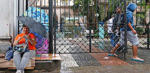À espera do filho, mãe faz crochê em frente a local de prova do Enem  - Marco Antonio Teixeira/UOL
