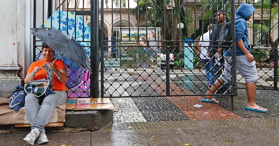 """5.nov.2016 - À espera do filho, a pedagoga Flávia Ribeiro, 42, encontrou uma maneira de espantar o tédio e, ao mesmo tempo, realizar uma atividade terapêutica: o crochê. Sentada em um meio-fio na porta da Universidade Veiga de Almeida, na Tijuca, zona norte do Rio, ela tricotava o que possivelmente se tornará uma touca até que o filho dela deixe o local de prova. """"Tenho esse hábito desde os 9 anos. Ajuda a aliviar a fibromialgia, e o crochê reduz em quase 20% a quantidade de remédios que sou obrigada a tomar"""", explicou. O filho, Guilherme, pretende cursar matemática e fazer concurso público. A mãe reconhece que ele não se preparou adequadamente. """"A verdade é que ele não estudou nada. Mas eu confio nele, ele sempre foi um rapaz inteligente"""""""