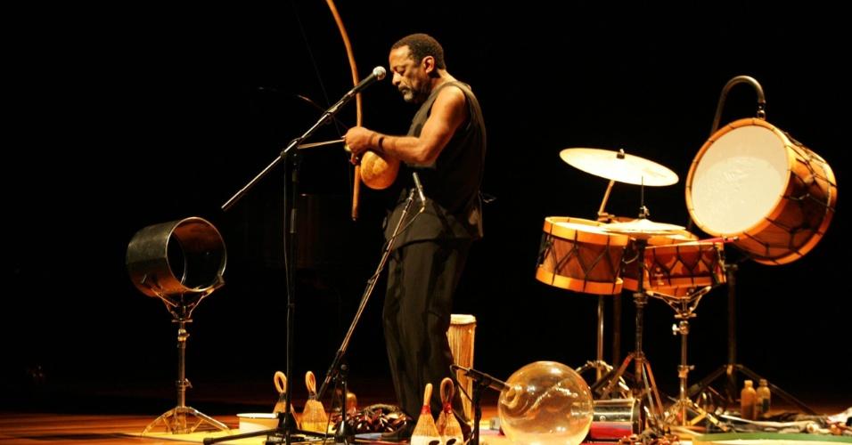 6.out.2005 - O músico Naná Vasconcelos em apresentação no Auditório Ibirapuera, em São Paulo