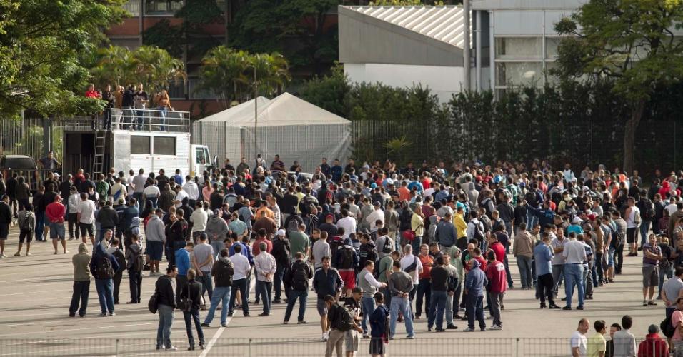 31.mar.2017 - Em São Bernardo do Campo, no ABC paulista, funcionários paralisaram as atividades na fábrica da Mercedes-Benz durante protesto contra a reforma da Previdência e a terceirização no mercado de trabalho