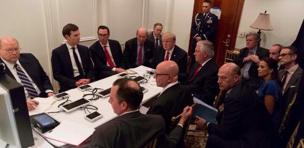 7.abr.2017 - O presidente Donald Trump se reúne com seu gabinete de segurança em Mar-a-Lago, na Flórida