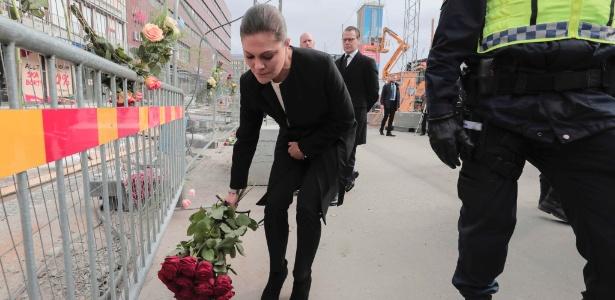 Princesa Victoria da Suécia deposita flores próximo ao local do ataque em Estocolmo