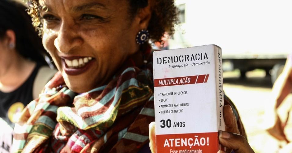 """4.jun.2017 - Atriz Elisa Lucinda segura uma embalagem semelhante a de um remédio com a inscrição """"Democracia"""" durante protesto contra o governo Temer no Largo da Batata, em São Paulo, neste domingo"""