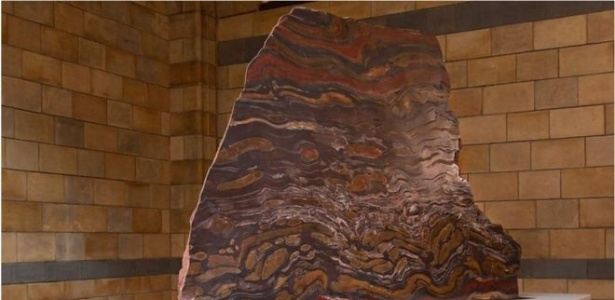As listras refletem os distintos mineirais que compõem a rocha