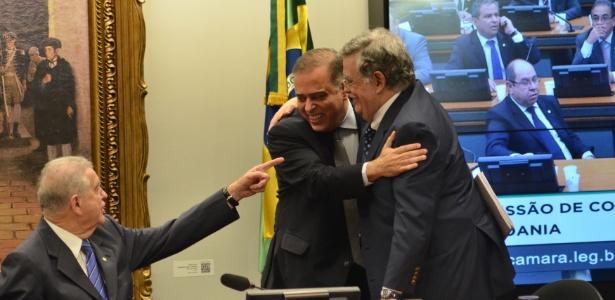 13.jul.2017 - Antonio Mariz de Oliveira (d), advogado de Michel Temer, abraça Paulo Abi-ackel, deputado do PSDB que fez relatório na CCJ rejeitando a denúncia contra o presidente
