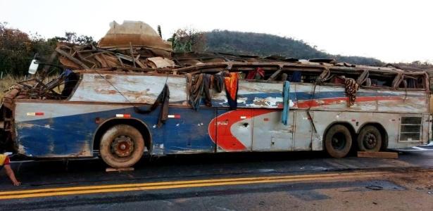 2.set.2017 - Ônibus caiu em vala na altura do km 87, próximo a Serra do Salitre