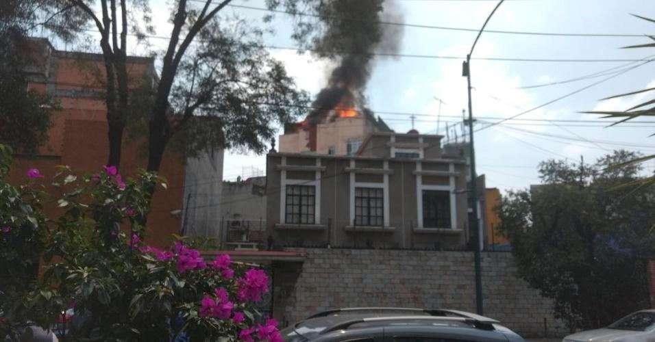 19.set.2017 - Foto registra incêndio em prédio após terremoto atingir a Cidade do México