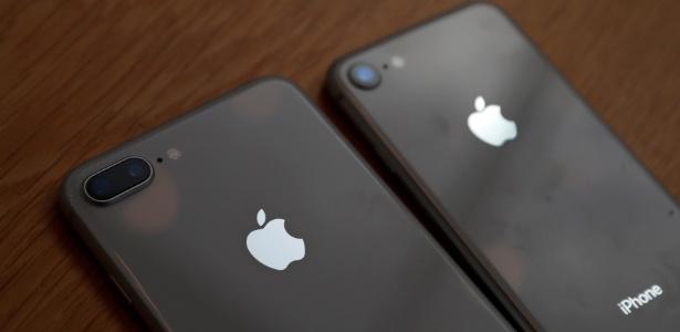 Novos iPhones 8 Plus (esq.) e 8 (dir.) são expostos em Apple Store em Tóquio, no Japão