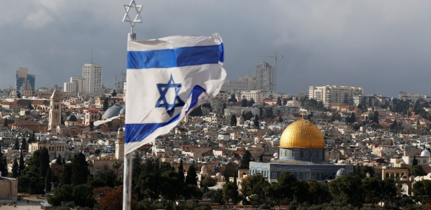 6.dez.2017 - Bandeira de Israel é vista perto da Cúpula da Rocha, em Jerusalém