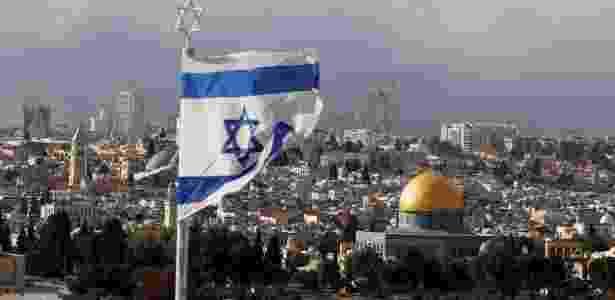 6.dez.2017 - Bandeira de Israel é vista perto da Cúpula da Rocha, em Jerusalém - Ammar Awad/Reuters