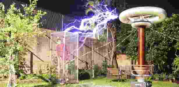 Gaiola de Faraday consegue blindar a entrada e saída de energia num determinado local - Wikimedia Commons - Wikimedia Commons