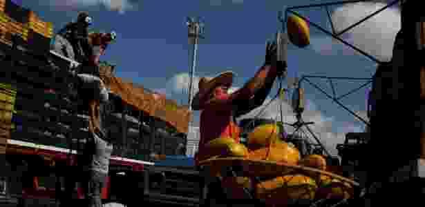 Trabalhadores carregam caminhão no mercado de Barquisimeto, Venezuela - Carlos Garcia Rawlins/Reuters