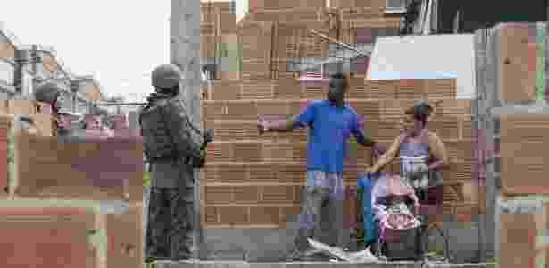 20.fev.2018 - Exercito, Policia Civil de Militar ocuparam as comunidade Kelson, regiao Norte, do Rio de Janeiro dando inicio a Intervencao Federal no Estado - Danilo Verpa/Folhapress - Danilo Verpa/Folhapress