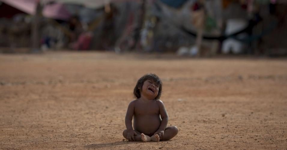 24.fev.2018 - Criança venezuelana refugiada no Brasil chora em Boa Vista, Roraima