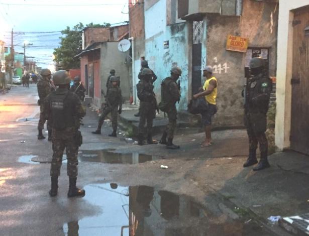 Homens das Forças Armadas fazem operação na Vila Vintém, na zona oeste do Rio