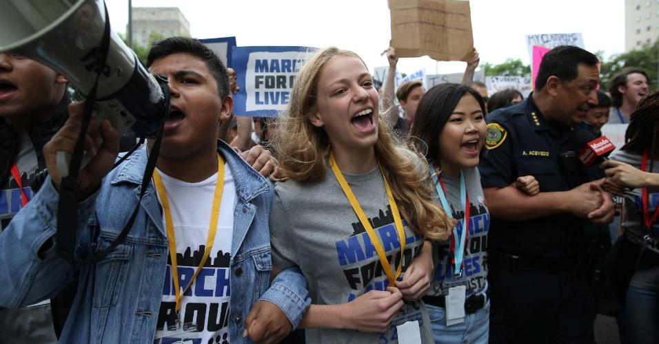 24.mar.2018 - De braços dados, estudantes foram às ruas em Houston, no Texas, contra a violência provocada por armas de fogo nas escolas norte-americanas
