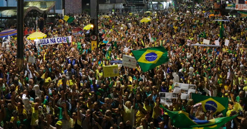 3.abr.2018 - Manifestantes protestam contra o ex-presidente Luiz Inácio Lula da Silva na avenida Paulista, em São Paulo, na véspera do julgamento do habeas corpus que vai definir se o petista pode ser ou não preso. Há carros de som de diversos movimentos, entre eles o Endireita Brasil, o MBL (Movimento Brasil Livre) e o Vem Pra Rua