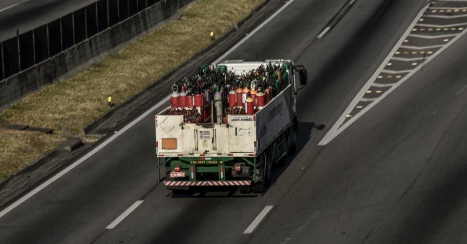Vista da rodovia Presidente Dutra, entre os kms 146 e 148, na região de São José dos Campos (SP), no Vale do Paraíba, na manhã desta segunda-feira (28). A paralisação dos caminhoneiros entra no oitavo dia. A categoria ainda mantém bloqueios pelo país, o que causa desabastecimento de produtos e combustível nas cidades