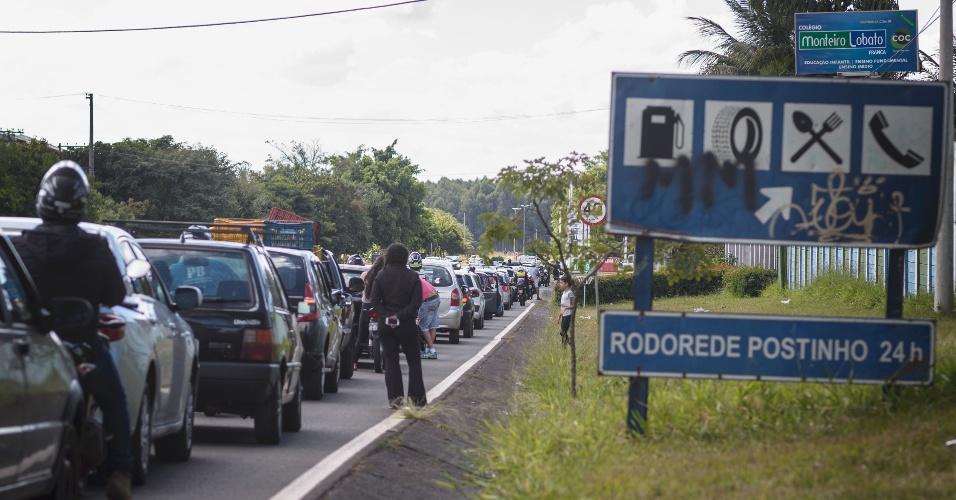 Consumidores fazem fila em posto de combustíveis às margens da rodovia vicinal Tancredo Neves, que liga Franca (SP)a Claraval (MG), nesta segunda-feira (28). No local, somente etanol está disponível