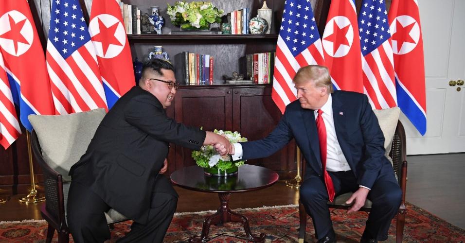 11.jun.2018 - Encontro histórico é marcado com aperto de mão do presidente dos Estados Unidos, Donald Trump, e do líder norte-coreano, Kim Jong-un
