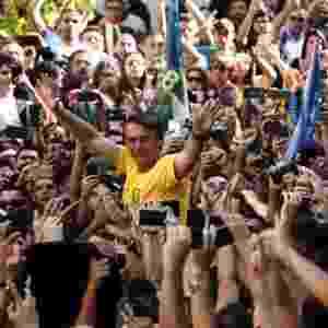 6.set.2018 - O candidato à Presidência da República pelo PSL, Jair Bolsonaro (de camiseta amarela), durante ato de campanha em Juiz de Fora (MG), nesta quinta-feira, 06. O presidenciável foi esfaqueado e levado para o hospital. De acordo com Flavio Bolsonaro, filho do candidato do PSL, o ferimento foi superficial e Bolsonaro passa bem - Fábio Motta/Estadão Conteúdo