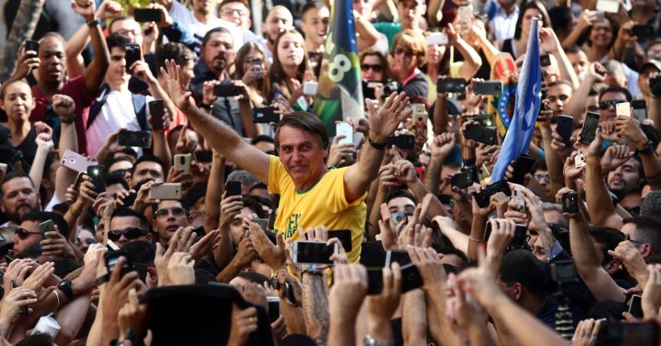 6.set.2018 - O candidato à Presidência da República pelo PSL, Jair Bolsonaro (de camiseta amarela), durante ato de campanha em Juiz de Fora (MG), nesta quinta-feira, 06. O presidenciável foi esfaqueado e levado para o hospital. De acordo com Flavio Bolsonaro, filho do candidato do PSL, o ferimento foi superficial e Bolsonaro passa bem