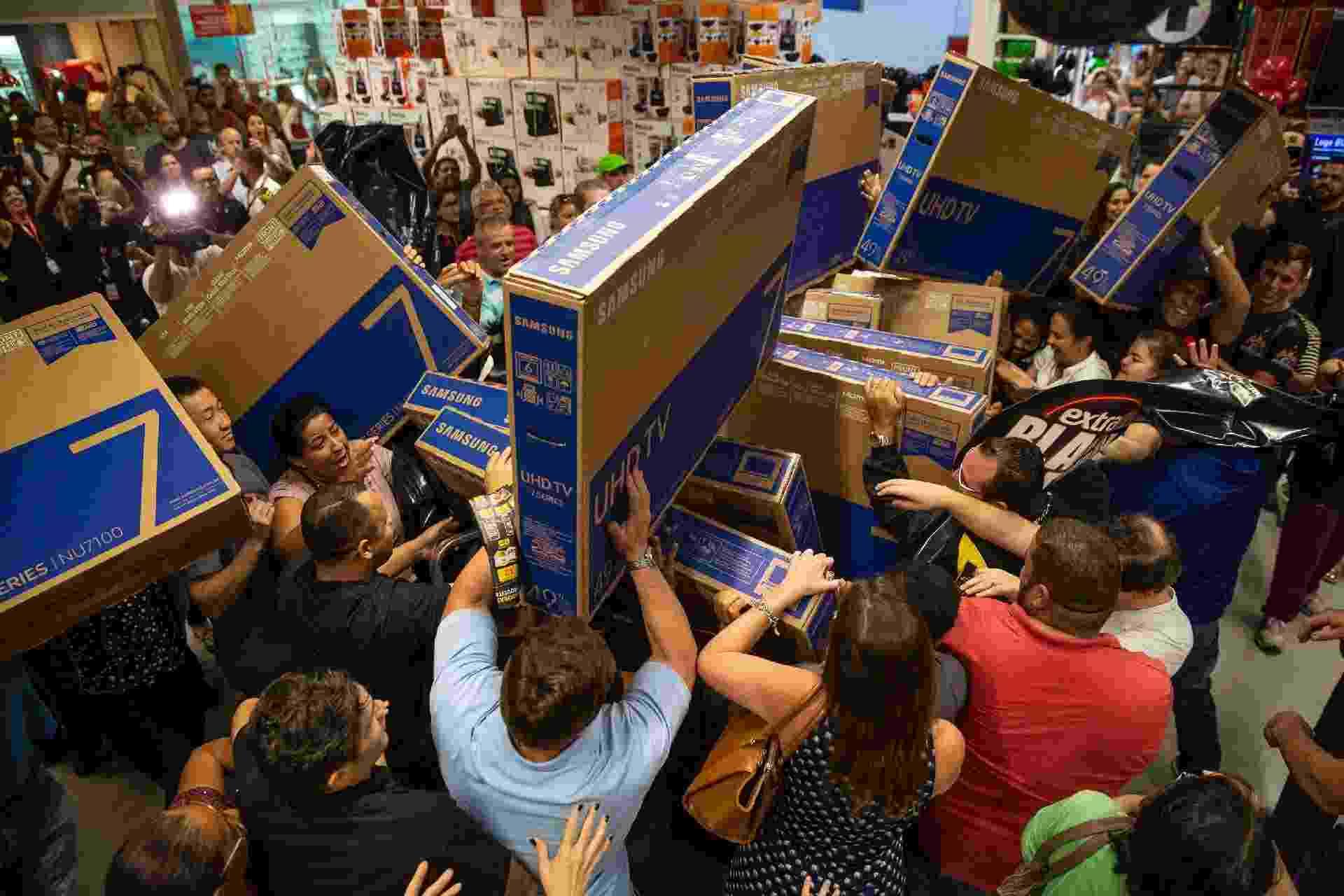 23.nov.2018 - Empurra-empurra de consumidores para comprar televisores em uma loja da rede Extra na avenida Ricardo Jafet, em São Paulo - Suamy Beydoun/Agif/Estadão Conteúdo
