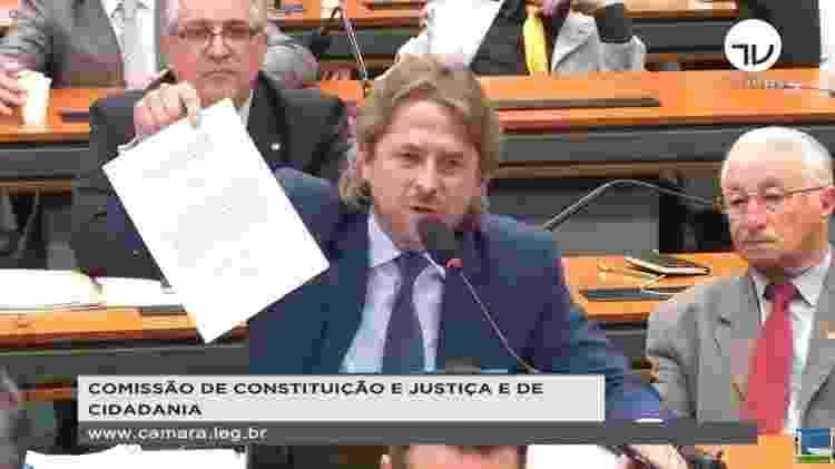 2.jul.2019 - Deputado Zeca Dirceu (PT-PR) mostra documento em que pede que Sergio Moro assine, se comprometendo a entregar seu celular para investigação - Reprodução/TV Câmara - Reprodução/TV Câmara