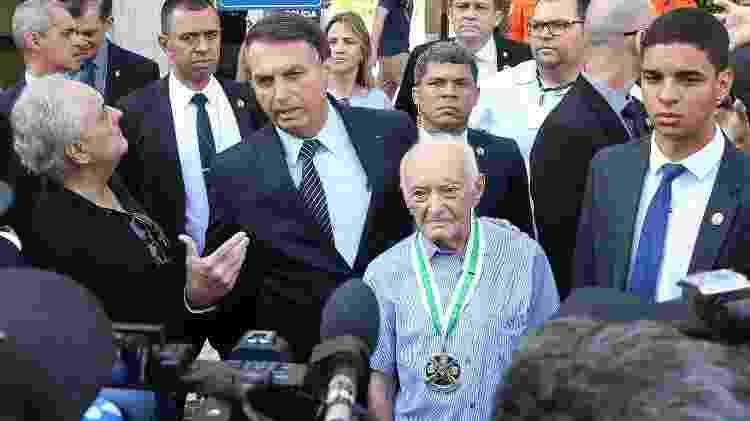 O presidente Jair Bolsonaro visita seu Carlos, 96 anos, ex-combatente da 2ª Guerra Mundial - Antonio Cruz-11.dez.2019/Agência Brasil
