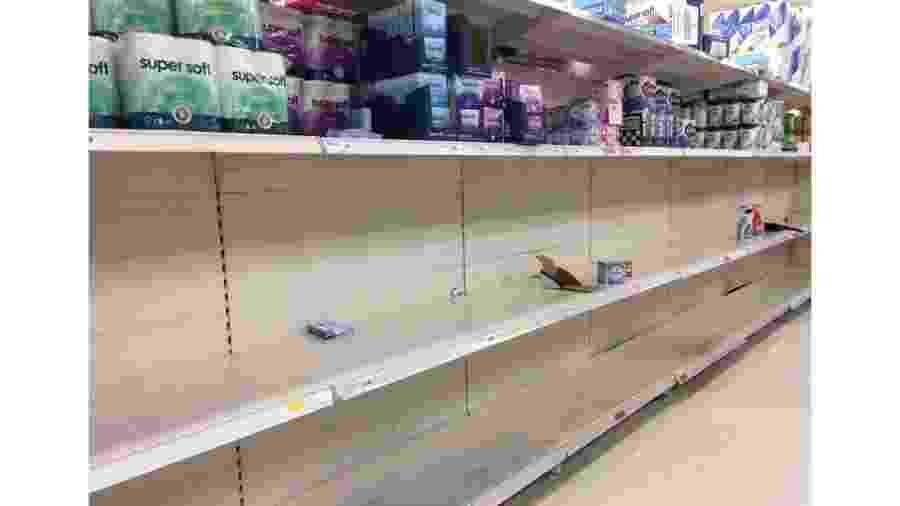 Moradores da capital britânica esvaziaram prateleira de rolos de papel higiênico em supermercado da região leste na segunda-feira - Juliana Gragnani/BBC