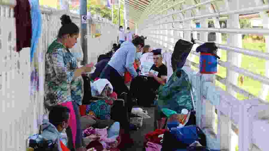 21.abr.2020 - Cerca de 300 paraguaios que trabalham no Brasil aguardam na Ponte Internacional da Amizade para entrar em seu país - Paulo Lisboa/AGB/Estadão Conteúdo
