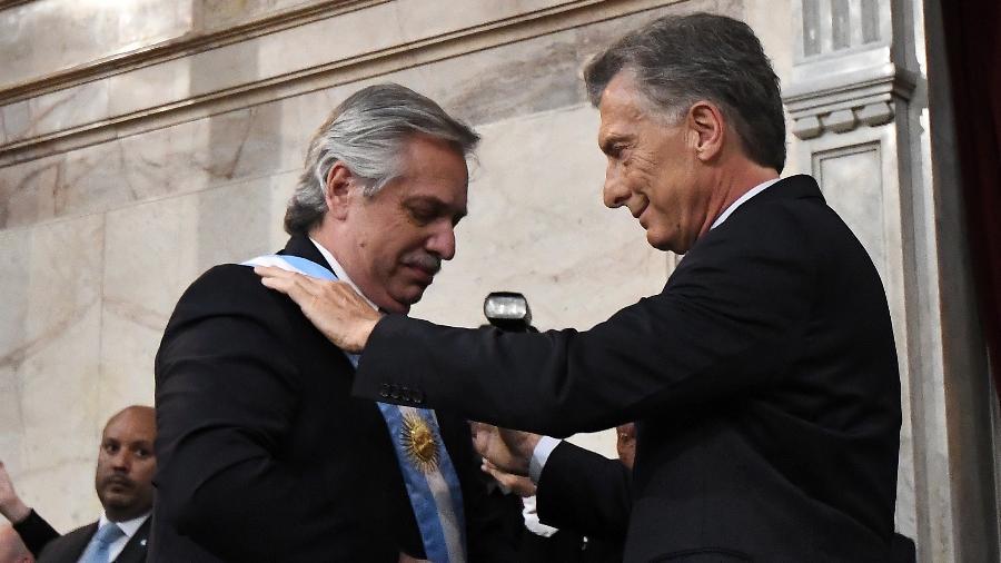 18.jan.2020 - Alberto Fernandez recebe a faixa presidencial de Mauricio Macri - Amilcar Orfali/Getty Images
