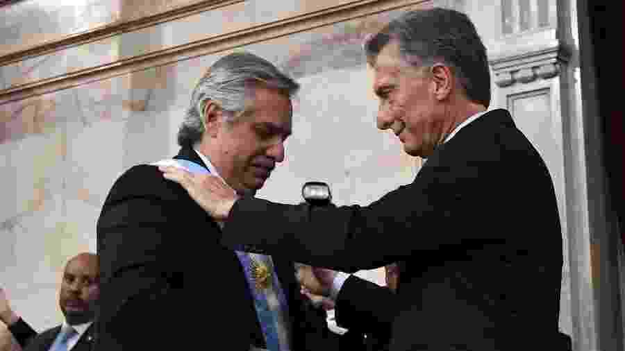 Alberto Fernandez recebe a faixa presidencial de Mauricio Macri - Amilcar Orfali/Getty Images