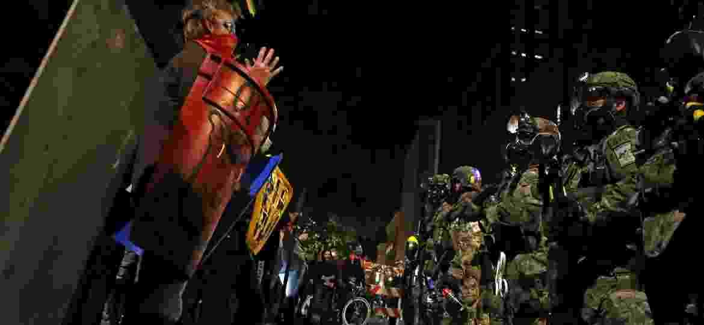Policiais federais enfrentam manifestantes durante um protesto contra a desigualdade racial e a violência policial em Portland, Oregon, EUA - CAITLIN OCHS/REUTERS
