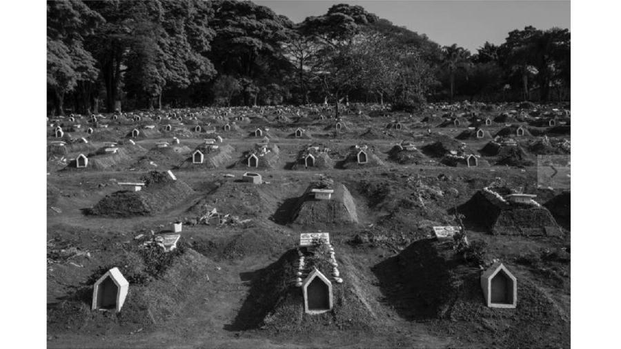 O cemitério da Vila Formosa, na Zona Leste de São Paulo, chegou a fazer mais de 30 enterros por dia nesta pandemia - Lalo de Almeida/Folhapress