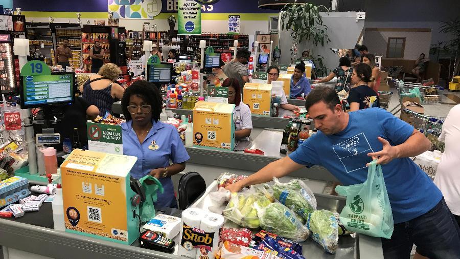 Consumidores em supermercado no Rio de Janeiro - SERGIO MORAES