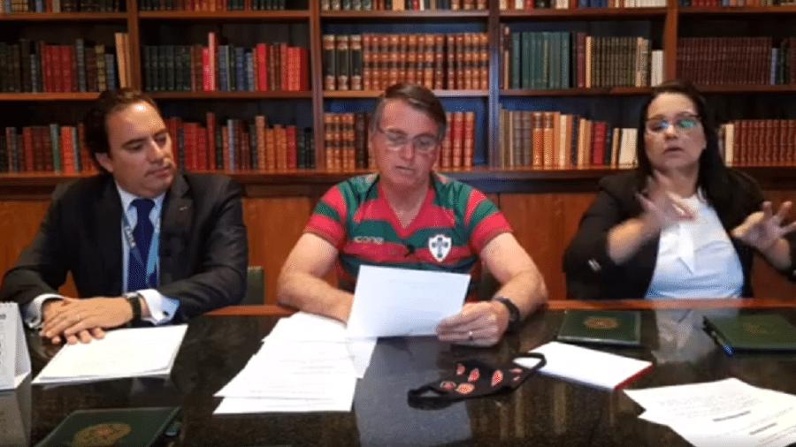 O presidente da República, Jair Bolsonaro, ao lado do presidente da Caixa, Pedro Guimarães, em live semanal - Reprodução/Facebook