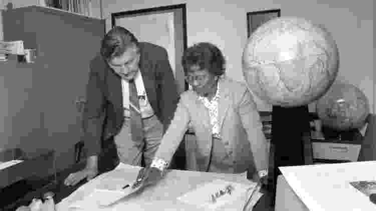 Gladys West e um colega - Domínio Público/U.S Navy - Domínio Público/U.S Navy