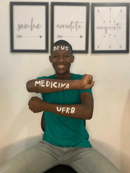 Matheus de Araújo, de 25 anos, comemora aprovação na Universidade Federal do Recôncavo da Bahia (UFRB) - Reprodução/Arquivo Pessoal