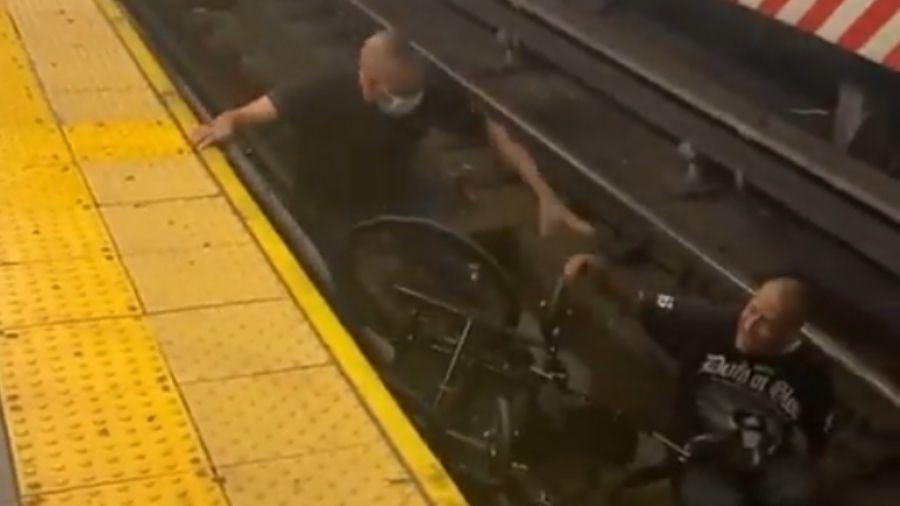 Homem ignorou aproximação do trem para se atirar na plataforma e salvar cadeirante - Reprodução/Twitter
