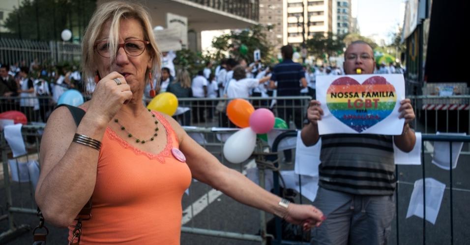 11.ago.2015 - Manifestantes contrários e a favor da inclusão das identidades de gênero ao PME (Plano Municipal da Educação), que será votado na tarde desta terça-feira, protestam em frente à Câmara Municipal de São Paulo (SP). Na foto, a cartunista Laerte (à esq.) participa do ato